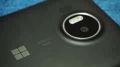กล้องดิจิตอลด้านหลัง 20 ล้านพิกเซล f/1.9 เลนส์ Carl Zeiss พร้อมแฟลช LED 3 ดวง