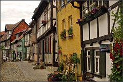 Alley in historic old Quedlinburg (Foto Martien) Tags: street flowers plant history colors deutschland alley colorful colours strasse sony pflanzen blumen medieval unesco worldheritagesite alleyway colourful passage picturesque altstadt oldtown geotag planten oldcity bloemen harz duitsland kleurrijk a77 gasse schlossberg straat fachwerk germay historisch quedlinburg geotagging steeg timberframing fachwerkhuser vakwerk halftimbering straatje sachsenanhalt middeleeuws kleurig halftimberedhouses oudestad maisoncolombages werelderfgoedlijst maisonpansdebois martienuiterweerd carlzeisssony1680 martienarnhem martienholland fotomartien listofworldheritage lijstmetwerelderfgoed sonyslta77v sonyalpha77 geotaggedwithgps