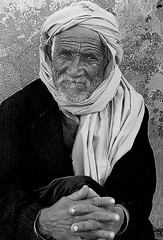 Portrait Tunisie _6018 (ichauvel) Tags: africa street old portrait white black look wall de outside photography eyes hands nikon noir day sitting village tunisia north du jour yeux rides foulard carf rue mur et mains wrinkles blanc assis nord tunisie vieux regard afrique scne exterieur cheich ag croises