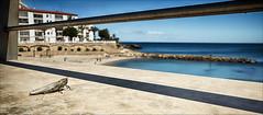 Mirando al Mar (candi...) Tags: mar agua playa cielo insecto saltamontes baranda ametllademar sonya77