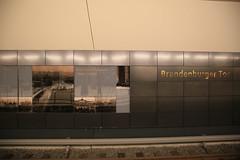 U-Bahnhof (U55) Brandenburger Tor - Namensschild (Pascal Volk) Tags: berlin underground subway metro platform bahnhof wideangle railwaystation ubahn wa ww subwaystation 16mm ubahnstation metrostation ubhf superwideangle undergroundrailway sww bvg berlinmitte uwa weitwinkel swa rapidtransit vbb ultrawideangle metrosystem uww untergrundbahn ubf ubahnhaltestelle berlinubahn ultraweitwinkel superweitwinkel berlinerverkehrsbetriebe u55 canonef1635mmf4lisusm canoneos6d uhst