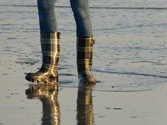 Beach walk (willi2qwert) Tags: beach wet water girl strand women wasser wave wellies watt rubberboots gummistiefel wellingtons gumboots nass rainboots regenstiefel