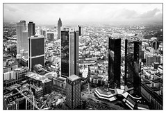 Frankfurt (08dreizehn) Tags: blackandwhite bw tower monochrome skyscraper germany de deutschland europa europe hessen frankfurt highrise sw schwarzweiss allemagne frankfurtammain hochhaus wolkenkratzer maintower whiteandblack noireetblanc frankfurtm blancetnoire nikond800 08dreizehn nullachtdreizehn thomashassel afsnikkor20mm118ged
