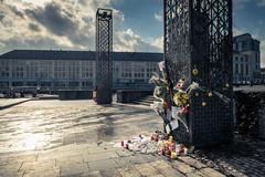 Hommage des Ligeois aux victimes des attentats de Bruxelles (Gilderic Photography) Tags: city light brussels canon square place belgium belgique belgie column tribute hommage liege ville saintlambert g7x gilderic