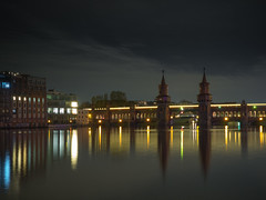 Oberbaum Brcke (Ulmi81) Tags: bridge building berlin tower bulb architecture night reflections river exposure cloudy nacht olympus april architektur ft brcke fluss turm spree zuiko gebude belichtung omd nachts em1 reflektionen oberbaum 2016 langzeit bewlkt 1454 trmchen