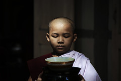 (cherco) Tags: light boy food color colour luz composition canon monk buddhism 5d myanmar oblation nio ofrenda monje composicion budismo