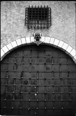 Le chateau du masque de fer - Cannes - France (waex99) Tags: door leica xmas white house black france film architecture analog holidays iron riviera noir mask cannes trix noel porte agfa maison blanc summilux apx m4 fer 50mmf14 masque 400iso summaron 2015 suquet 35mmf28