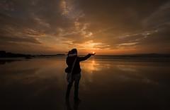 Sol de primavera.............. (T.I.T.A.) Tags: primavera sol atardecer mar playa puestadesol lili lidia ocaso tita reflejos alanzada playadelalanzada lalanzada carmensolla solprimaveral
