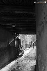 In the narrow alleys of Marrakesh (dieLeuchtturms) Tags: 2x3 afrika maroc marokko marrakesch marrakesh morocco mhle mill monochrome marrakeshtensiftelhaouz medina