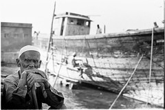 Untitled (vytautas ambrazas) Tags: portrait man photography streetphotography oldman 35mmfilm ilfordhp5plus400 woodenboat analogphotography gujarat arabiansea filmphotography travelphotography boatrepair documentaryphotography betdwarka olympusom50mmf14 olympusom3 beytdwarka