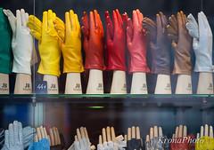 Hands-free (KronaPhoto) Tags: paris window colors leather shop shopping warm skin handsfree deco clap utstilling vindu farger applaud hnd handsker