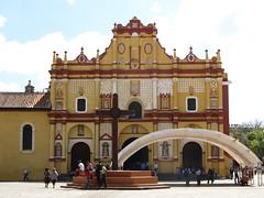 """San Cristóbal de las Casas: la cathédrale de San Cristóbal Mártir et la croix maya <a style=""""margin-left:10px; font-size:0.8em;"""" href=""""http://www.flickr.com/photos/127723101@N04/25016225023/"""" target=""""_blank"""">@flickr</a>"""
