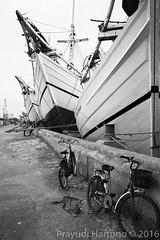Old Harbour (Prayudi Hartono) Tags: bike bicycle harbor boat harbour jakarta woodenboat sundakelapa traditionalboat oldharbour oldharbor phinisi