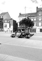 Une pose.. Metro porte de Douai. (fourmi_7) Tags: pose place noiretblanc restaurants nb lille nord vitrines briques repas copines bancs parler briquesrouges inconus