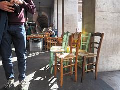 Qui va payer les chaises? (Paolo Pizzimenti) Tags: paris film couple femme amour f2 12mm f18 mariage 45mm chaise homme omd argentique paille em1 trocadro pellicule ravenne penf m43 payer mirrorless argotique