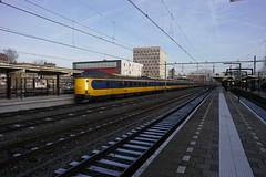 ICMm 4235 & 2 onbekende stellen ([Publicer Transport] Ricardo Diepgrond) Tags: station modern rotterdam ns intercity centraal gouda koploper 4235 materieel icmm
