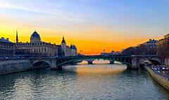 Anochecer en el río Sena, París. (eustoquio.molina) Tags: paris sol seine de atardecer puesta francia anochecer sena