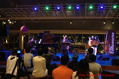 watching the show (tomzcafe) Tags: nikon singapore d70 esplanade nikkor852