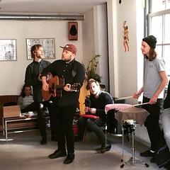 eerste akoestische sessie ooit net bij @thevillagecoffee. van ons dan he hihi