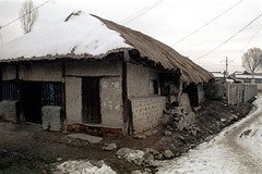 31-590 (ndpa / s. lundeen, archivist) Tags: street city winter house snow color building fall film home stone 35mm rocks nick citylife korea doorway korean seoul thatchedroof 1970s southkorea 1972 31 dewolf thatchroof nickdewolf photographbynickdewolf reel31