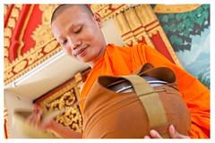 Vientian, (Laos) (alvaromoneo) Tags: orange temple asia young monk giving laos alvaro naranja moneo templo joven alms azafran vientian onje alvaromoneohotmailcom