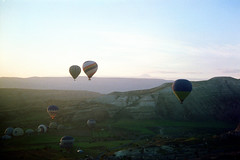 Getting off the ground (//sarah) Tags: film sunrise turkey balloons turkiye hotairballoons cappadocia anatolia avanos greme kapadokya nevehir gremevalley minoltasrt100 gremetarihimillipark