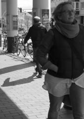 Am Dreiecksplatz (04) (Rdiger Stehn) Tags: blackandwhite bw germany deutschland blackwhite europa leute menschen stadt kiel schleswigholstein 2000s norddeutschland 2016 mitteleuropa schwarzweis strase 2000er schwarzundweis canoneos550d kielaltstadt