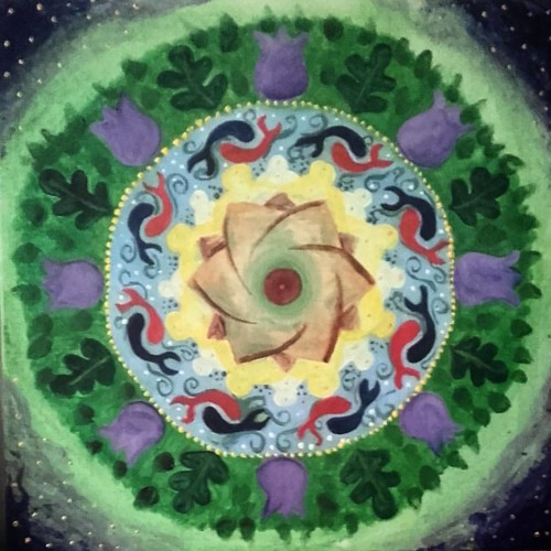 I spent Wednesday painting mandalas with a group of beautiful souls led and supported by Emma @innertempleretreat . Here is the creation that manifested itself and that continues to speak to me as I meditate with it.