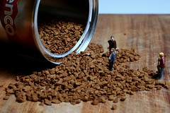 Coffee - Macro Mondays (Explored) (Crisp-13) Tags: macro coffee tin workmen can instant spill figures mondays noch granules bauarbeiter kenco 15110