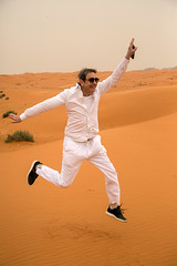 Gambadant dans les dunes (Dlirante bestiole [la posie des goupils]) Tags: sand middleeast alain saudiarabia dsert chanteur francophonie arabie enmarge