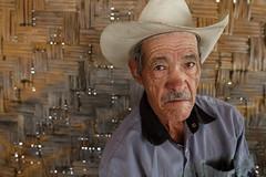 Nico. Retrato de Nicols, 75 aos, en Rancho San Jernimo, B.C.S - Marzo 2016 - Apenas escucha, sufre sordera. Un seor muy confiable, trabajador y servicial as es la gente de la sierra de Baja California Sur, gente trabajadora y de gran corazn. (Fidel83) Tags: oldman ojos sombrero viejo vaquero miradas