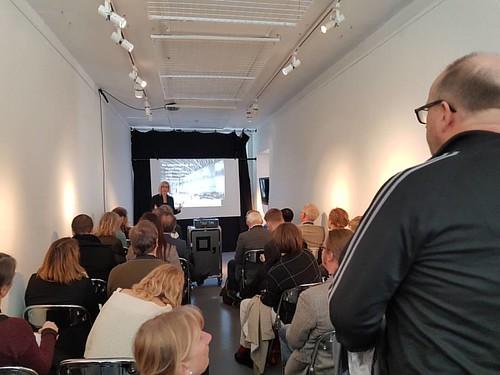 Fullsatt när @karinmnilsson från @livrustkammaren pratar #QRpedia och @wikipedia på #vårmöte2016. #glamwiki