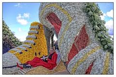 Bloemencorso 2016 (gill4kleuren - 11 ml views) Tags: flowers people colors rain clouds april noordwijk zaterdag 2016 bollenstreek bloemencorso bollenvelden tupen muziekkorpsen praalwagens