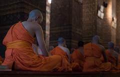 Moines Bouddhistes Bangkok (Xaypp) Tags: bangkok pray monk thailande