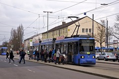 Sicher zu den seltenst genutzten Haltestellen gehrt der Bahnsteig am Leonrodplatz in der Leonrodstrae Richtung Rotkreuzplatz, den Wagen 2124 gerade bedient (Frederik Buchleitner) Tags: munich mnchen tram streetcar redesign linie12 2124 trambahn leonrodplatz strasenbahn r2wagen