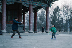 Look at the lens, grandson! (Ruikexi) Tags: park grandma zeiss play sony grandson badminton taiyuan sonnartfe1855 a7r2