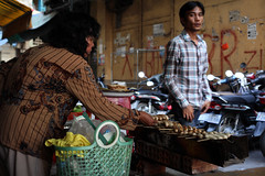 Fried bananas  Phnom Penh (Julien Mailler) Tags: world street travel people asian julien asia cambodge cambodia cambodian khmer banana asie banane fried phnom nationalgeographic penh asiatique reflectionsoflife lovelyphotos jules1405 cambodgien unseenasia earthasia mailler