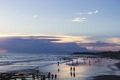 Echo beach am Abend (maikepiel) Tags: sunset sky people bali seascape beach nature clouds strand reflections indonesia colours sonnenuntergang echo silhouettes himmel wolken spiegelung indonesien farben canggu