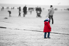 Une vie, des vies. (LACPIXEL) Tags: red people france beach rouge rojo nikon flickr child gente coat playa fx enfant nino plage personnes gens berck manteau pasdecalais abrigo d4s nikonfrance lacpixel