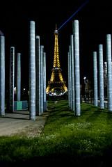 Esplanade des invalides /Le Mur pour la Paix (hervekaracha) Tags: light paris france tower monument nikon tour eiffel toureiffel nuit lumieres d610