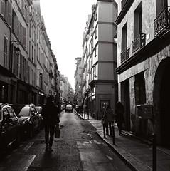 Rue de Seine (Max Sat) Tags: street bw paris france 120 6x6 film analog french fuji voigtlander bessa nb hp5 75006 667 rue ilford 670 heliar ruedeseine voigtlander maxsat bessaiii francais fujigf670 maxwellsaturnin