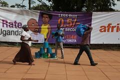 A seaux (Pi-F) Tags: rue trottoir afrique passant vente seau ouganda