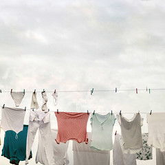 Colgado en las nubes (acativa) Tags: colores clothes tex cielo nubes clothesline camiseta texturas clothespin limpio colada pinzas airelibre ropatendida lavado tendales acativa