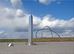 Halde Hohward - Sonnenuhr mit Obelisk (Jorbasa) Tags: germany deutschland hessen sundial obelisk geotag heap wetterau sonnenuhr herten halde zecheewald zeitmessung jorbasa nordrheinwesthalen haldehohward