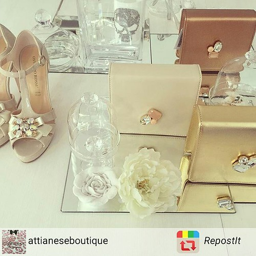 Pochette Gioiello Younique Presso i #rivenditoriautorizzati e lo store Younique. #gold #bronze #platinum #jewelsbag #pochette #minibag #bag #jewels #fashionjewellery #instagramers #TagsForLikes #showroom #aversa #personalize #jewellery #chic #shoes foto @