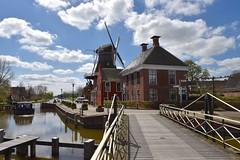 Handbediende draaibrug en molen (ster-restaurant) in Onderdendam (Gr.) (Maarten Kroon) Tags: holland windmill dutch thenetherlands groningen molen grunn onderdendam