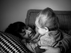 Sourires (Dahrth) Tags: blackandwhite baby smile blackwhite noiretblanc son nb maman sourire bb fils mre gf1 panasoniclumixgf1 lumix20mm 20mmpancake gf120