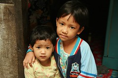 brothers (the foreign photographer - ฝรั่งถ่) Tags: two portraits canon thailand kiss brothers bangkok doorway khlong bangkhen thanon 400d