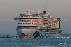 AIDAprima (cruise-ship-photography.com) Tags: city hamburg cruiseship dämmerung hafen landungsbrücken sonnenaufgang morgen elbe rostock kreuzfahrtschiff aida stimmung aidacruises aidaprima
