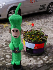 Knitted Dipsy (Nekoglyph) Tags: flowers green car silver cycling knitting character taxi yorkshire tub knitted carpark cobbles planter bollard thirsk teletubbies dipsy yarnbombing tourdeyorkshire2016